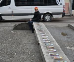 Lise öğrencisi babasına yakılması için verilen kitapları satarak harçlığını çıkartıyor