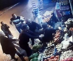 Yerde hareketsiz yatan adamı öldüresiye dövdüler