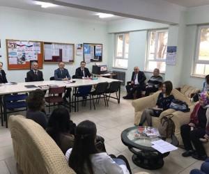 Burhaniye'de Kaymakam Öner öğrencilere kitap dağıttı