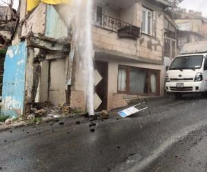 (Özel Haber) Beyoğlu'nda patlayan isale borusundan yükselen su evlerin boyunu geçti