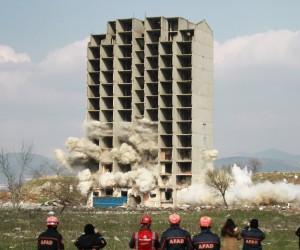 Bursa'da 13 katlı bina 300 kilo dinamitle iki kez patlatıldı, yıkılmadı