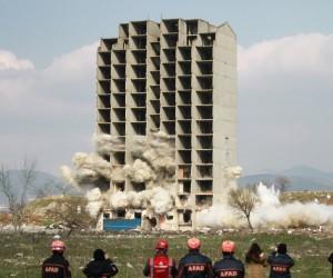 300 kilo dinamitle 13 katlı bina yıkılmadı