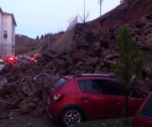 Trabzon'da istinat duvarı çöktü, araçlar altında kaldı