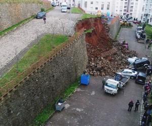 Trabzon'da istinat duvarı çöktü, araçlar altında kaldı...(2)