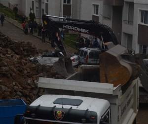 Trabzon'da çöken istinat duvarın altında kalan araçlar çıkartıldı