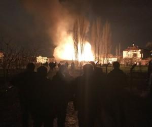 Bursa'da kereste fabrikası ve yanındaki ev alev alev yandı