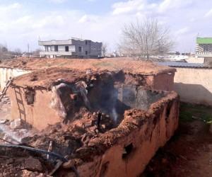 Şanlıurfa'da yangın çıkan toprak ev çöktü