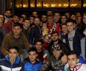 Trabzonsporlu taraftarlar Şenol Güneş'i ziyaret ederek çiçek verdi