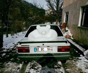 Yerde kar olmayınca arabasının üzerindeki kardan heykel yaptı