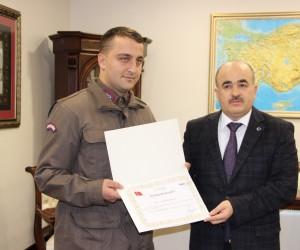 Vali Dağlı'dan kazada bayrağı yerden kaldıran Jandarma erine ödül