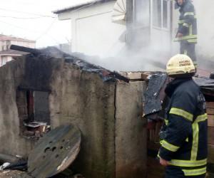 Yaşlı kadının yakmaya çalışırken devrilen sobası barakayı yaktı
