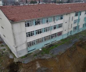 Toprak kayması yaşanan Şişli Endüstri Meslek Lisesi havadan görüntülendi