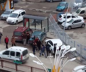 Erzurum'da erkeklerin kavgasını kızlar araya girerek ayırdı