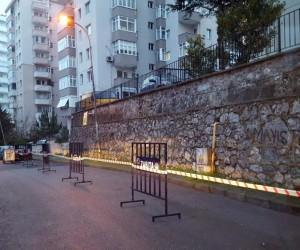 Kartal'da bir sitenin otoparkının istinat duvarı yola çöktü
