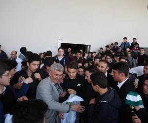 Bursasporlu futbolculara öğrencilerden yoğun ilgi