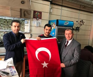 Zeytin Dalı'na destek için bayrak dağıtımı