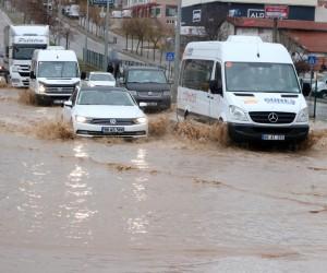 Yozgat'a yollar göle döndü, sürücüler zor anlar yaşadı