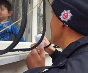 (Özel Haber) 2 yaşındaki çocuk evde mahsur kaldı, polis ve çilingir seferber oldu