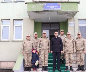 Kaymakam Vardar'dan Mehmetçiğe moral ziyareti
