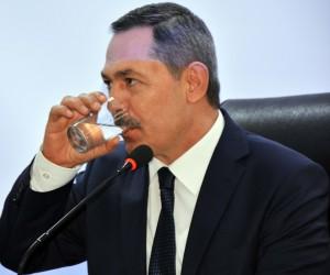 Başkan Uysal, meclis üyelerine bir bardak su içirdi