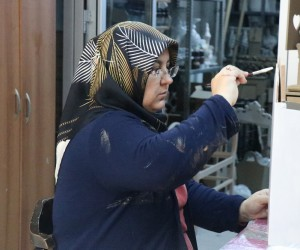 Ahşap boyama yapan kadınlar aile bütçelerine destek oluyorlar