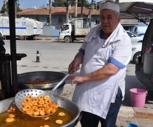 İzmirli hayırsever Reyhanlı'da lokma tatlısı dağıttı