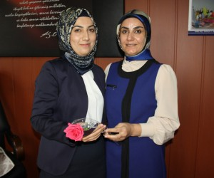 Karakoç kadınlara gül dağıttı