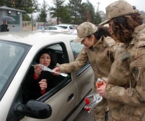 Jandarmadan yağmur altında Kadınlar Günü kutlaması