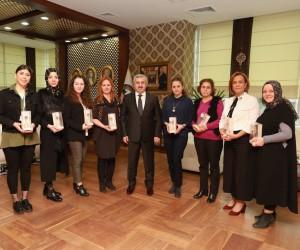 Başkan Baran, belediyedeki kadın çalışanlara çiçek takdim etti