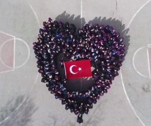 Öğrenciler Dünya Kadınlar Günü için kalp figürü oluşturdular