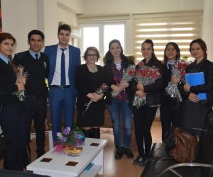 Aliağa polisinden kadınlara çiçek
