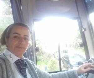 Bayan servis şoförü çocuğuna bakmak için her gün direksiyon sallıyor