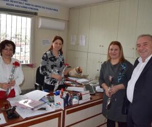 Başkan Serdar Berk'ten esnaf kadınlara karanfil