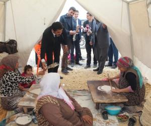 Samsatlı depremzede kadınlara karanfil dağıtıldı