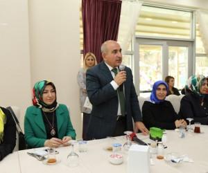 Kilis Belediye Başkanı Hasan Kara, belediyenin kadın çalışanlarıyla bir araya geldi