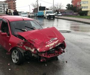 (Özel Haber) Sultanbeyli'de otomobilin çarptığı minibüs okul duvarına çarparak durabildi