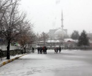 Erzurum'da Mart kapıdan baktırdı, kar kalınlığı 20 santimetreye ulaştı