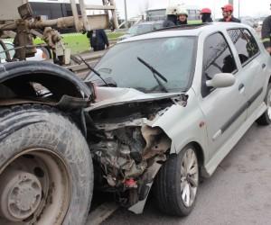 Makas atan otomobil sürücüsü beton mikserine çarptı: 1 yaralı