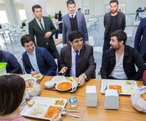 Rektör Alma, öğrencilerle yemekte buluştu