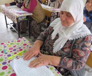 Şehit oğluna şiir yazabilmek için 68 yaşında okuma yazma öğreniyor