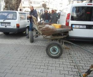 Başı boş at arabası ortalığı birbirine kattı: 1 yaralı