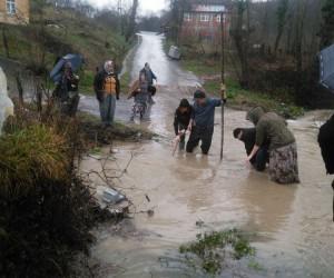 Üveyikli Köyü yolu her yağmurda ulaşıma kapanıyor