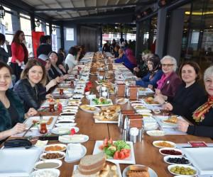 """Protokol eşleri """"Güçlü Kadın, Güçlü Aile, Güçlü Türkiye"""" sloganıyla  kahvaltıda buluştu"""