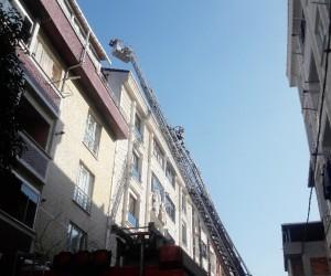 Esenyurt'ta korkutan çatı yangını vatandaşı sokağa döktü