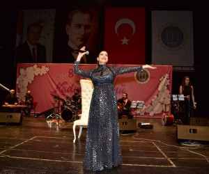 Bilecikli kadınlar Nadide Sultan konserinde buluştu