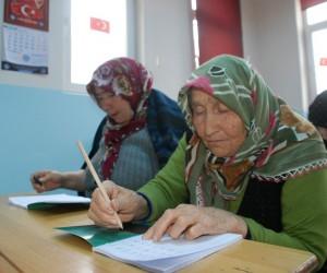 Tokat'ta 78 yaşındaki anne, 53 yaşındaki kızı ile okuma-yazma öğreniyor
