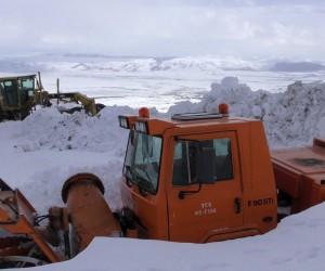 Kar temizleme araçları, tipi ve fırtınada kara saplandı