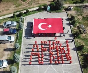 Kocaeli'de bir araya gelen belediye temizlik işçileri bedenleri ile