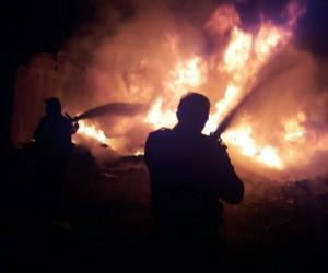 Ağrı'da hurdalık evde çıkan yangın mahalleliyi uyutmadı
