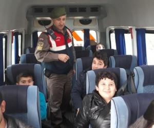 Çivril'de okul servis araçları jandarma tarafından denetlendi